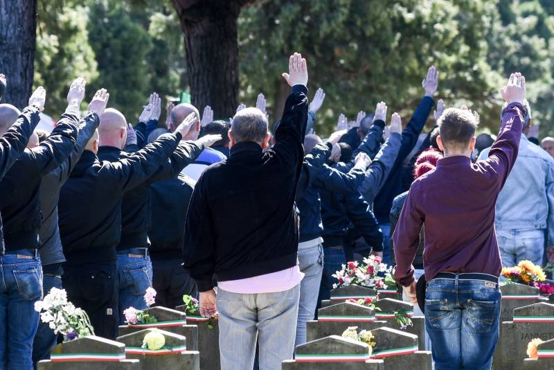 I nazi di Lealtà e Azione al Cimitero Maggiore di Milano il 25 aprile 2016
