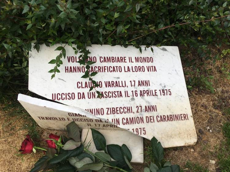 Nel frattempo nella vicina piazza Santo Stefano dei codardi hanno spaccato la lapide a Varalli e Zibecchi