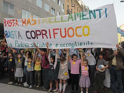2010, Milano, via Padova, manifestazione di quartiere contro il coprifuoco