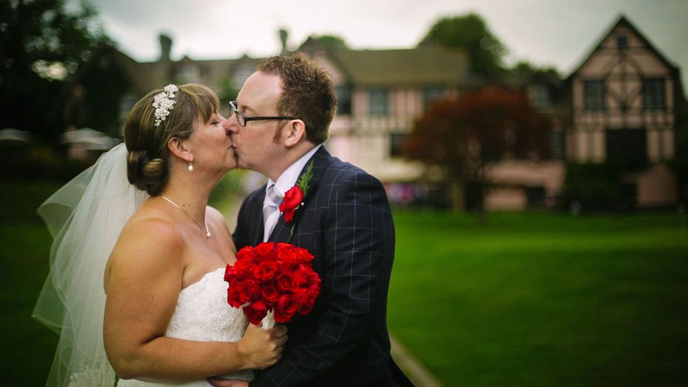 Wedding Couple Kissing - Bride with Red Bouquet