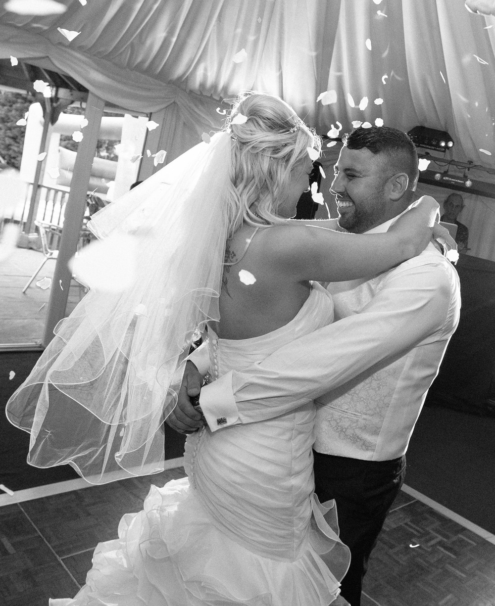Essex-countryside-wedding-first-dance-confetti-2