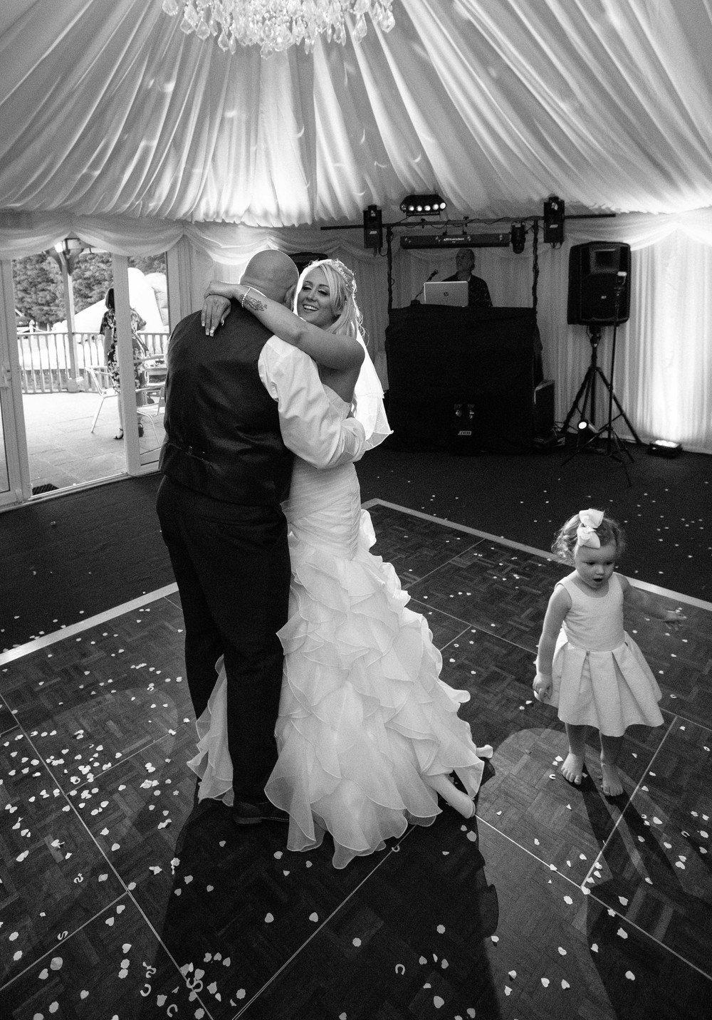 Essex-countryside-wedding-first-dance-7