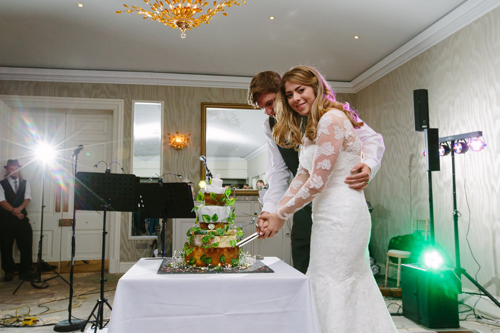 surrey-ascot-royal-berkshire-hotel-autumn-wedding-cake-cutting-50