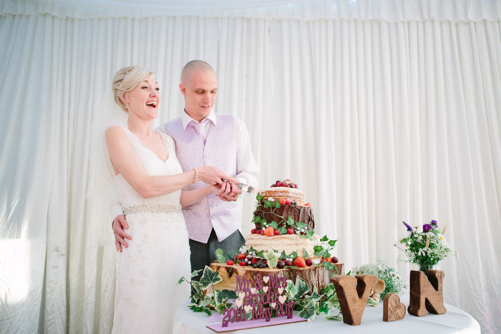 cotswalds-chipping-norton-oxfordshire-london-wedding-photography-cake-cutting-43