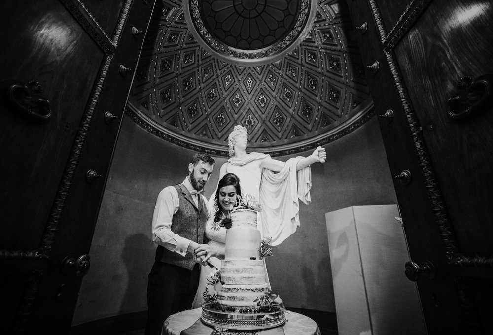 london-bedfordshire-uk-wedding-photography-woburn-sculpture-gallery-cake-75