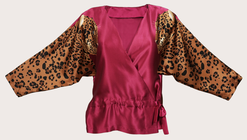 豹紋絲綢緞面裹身上衣  這是所有豹紋愛好者的明星!這款裹身式上衣採用100%真絲緞製成,兩個對稱的金豹在袖子上印有深寶石紅色背景。在迷人的晚宴上穿著它是完美的上衣,或搭配您最喜愛的牛仔褲,打造更輕鬆的風格。