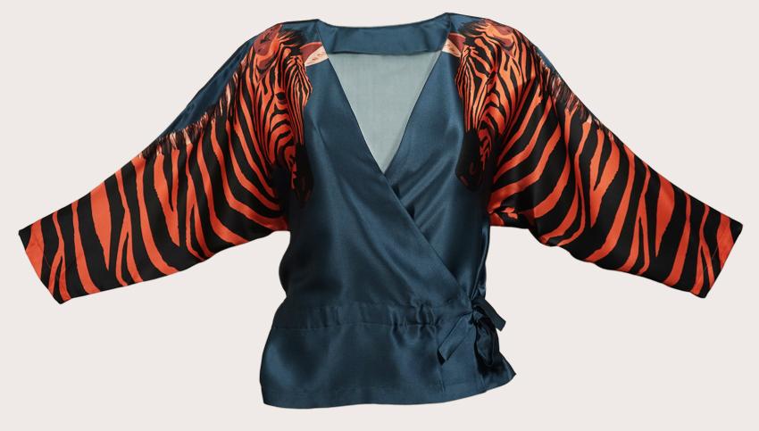 斑馬紋絲綢緞面裹身上衣  靈感來自1930年代的內衣,這款絲綢緞麵包裹上衣是本季精緻外觀的終極奢華服裝!印花上印有兩個橙色斑馬,袖子上印有濃郁的藍色背景。頂部可以穿在T恤上,也可以單獨穿著,以獲得更加迷人的外觀。