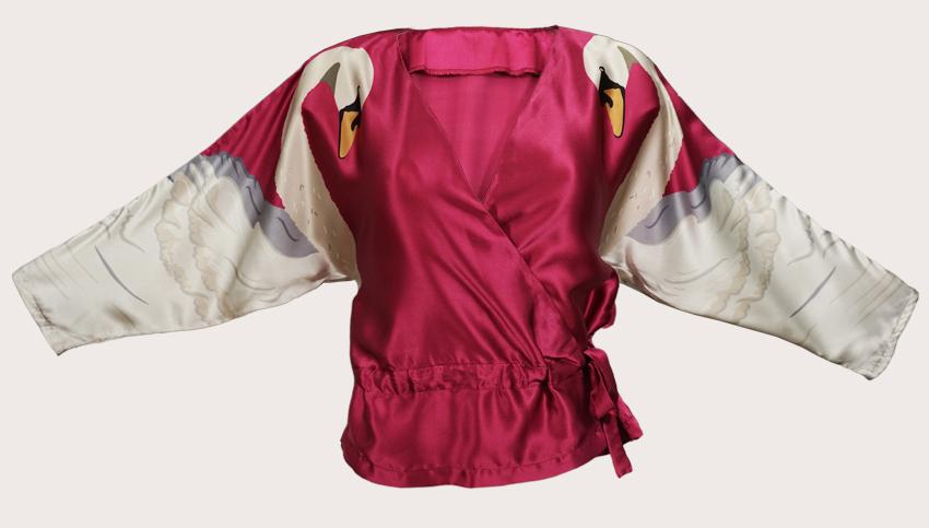 天鵝印花真絲緞面裹身上衣  我們的天鵝印花裹身上衣,由100%真絲緞製成,頂部有兩個對稱天鵝,袖子上印有可愛豐富的紅寶石紅色背景,內側腰帶可調整到更適合迷人的晚裝外觀或穿著它鬆散地穿在T恤上,打造輕鬆的風格。