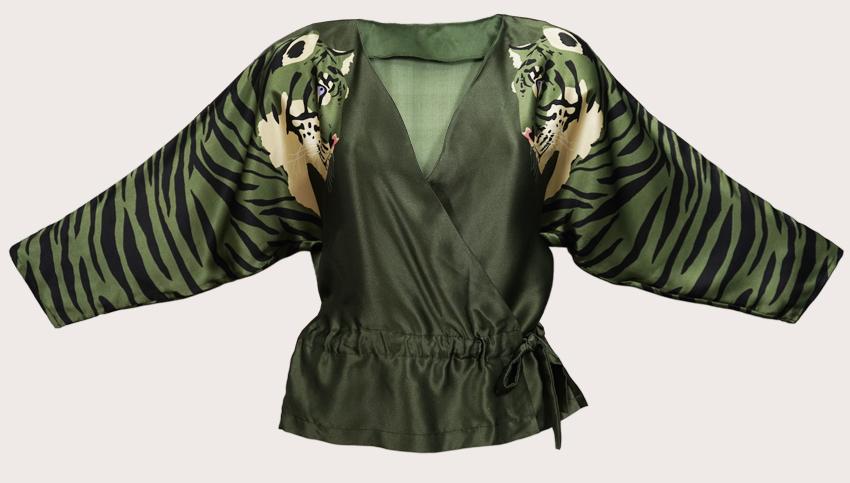 虎打印絲綢緞布包裹上衣  虎印花包裹上衣在袖子上印有兩條美麗的綠色老虎,在可愛的軍綠色背景上。這款上衣採用100%真絲緞製成,非常適合新一季,無論是搭配龜頸上衣,打造精緻的日間妝容,還是搭配迷人的裙子,度過奢華的夜晚。