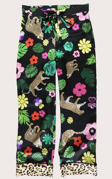 叢林印花真絲睡衣褲  我們的叢林印花真絲長褲採用手繪插圖的金色美洲虎,穿過20世紀60年代的大型靈感花朵和龜背竹葉!這款褲子採用100%真絲緞製成,下擺下方飾有對比色印花。它們非常適合新一季,無論您是在白天還是晚上穿著它們,都能獲得有趣而精緻的外觀。搭配配套的睡衣式襯衫,享受夜晚的奢華!