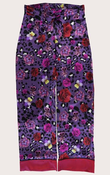 花卉和豹子印花真絲睡衣褲  這款花朵和豹紋印花真絲睡衣褲採用深紫色豹紋印花設計,採用精美花卉設計。這款褲子採用100%真絲緞製成,對比色下擺。它們非常適合新一季,無論您是在白天穿著還是在晚上穿著它們,都能獲得有趣而精緻的外觀。享受一些絲綢奢侈品!