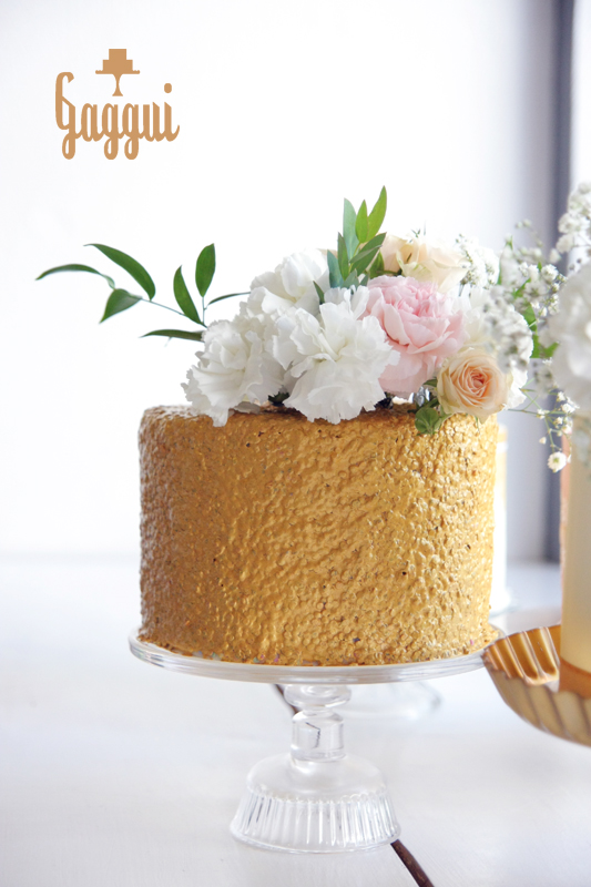 Gold&White Weddingcake.jpg