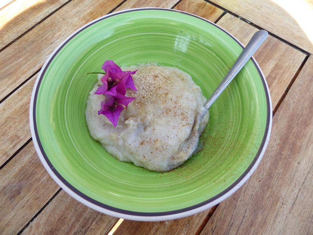 Mielipapp: traditioneller Maisbrai, normalerweise mit Butter und Zucker gegessen, verspeise ich ihn mit Obst und Nüssen zum Frühstück.
