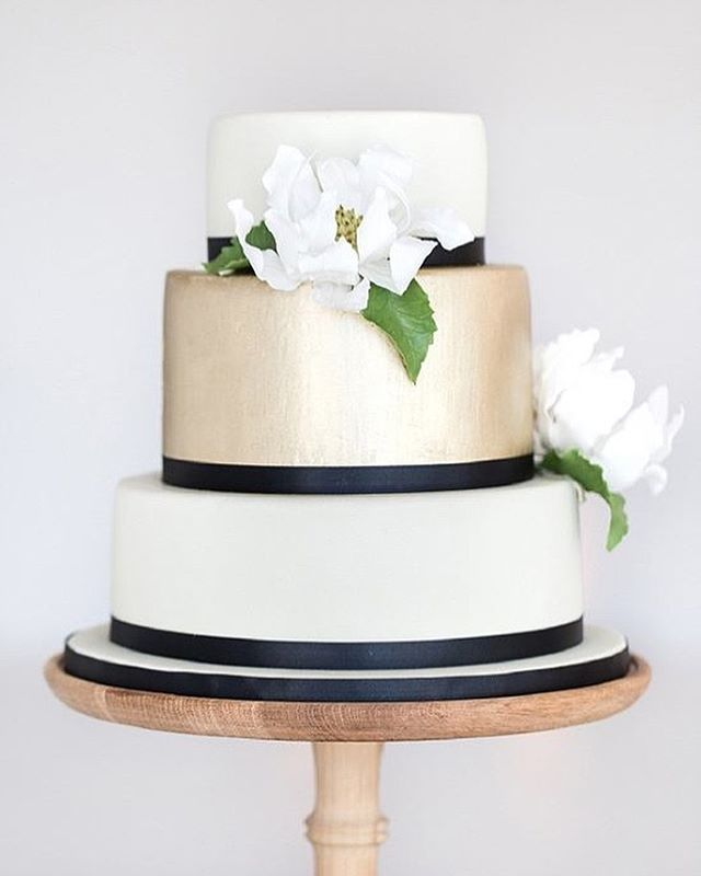 Something tasteful to pair with our Paradise Found Collection (link in bio). Slice of inspiration from @weddingchicks #roxannefloquetcakedesign #roxannefloquet #lovelore #paradisefound #wedding #weddingcake #cake