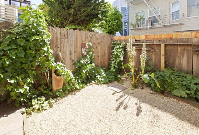 22Linda Yard1.jpg