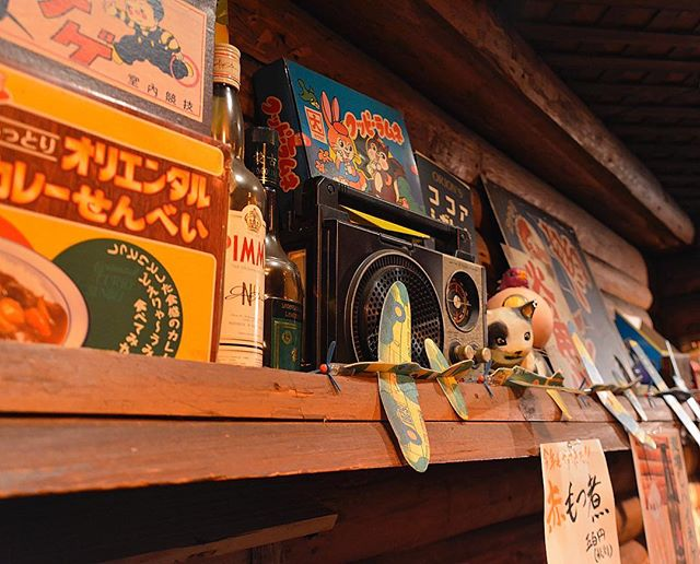 Nostalgic trinkets add familiarity and comfort at an Izakaya in Chuo-ku. 🏮#IzakayaDecor #FindYourZen