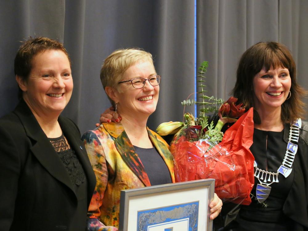 Hilde Bjørkum var stolt og rørt over å få Fylkeskulturprisen 2015. Her flankert av leiar i hovudutvalet for kultur og næring,Karen Marie Hjelmeseter (t.v.) og fylkesordførar Jenny Følling (t.h.). Foto: Matias Helgheim.