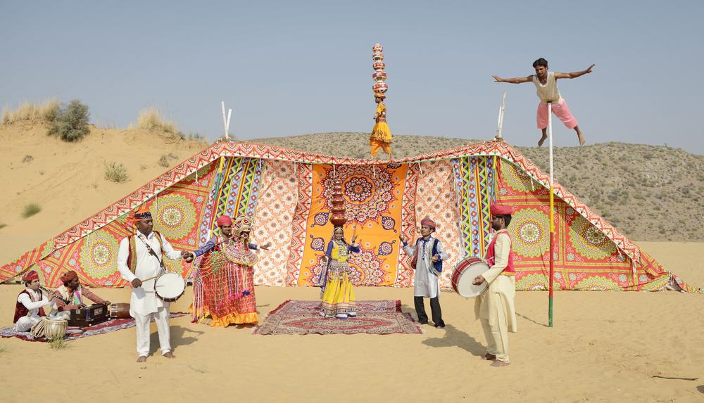 Circus Raj frå Rajasthan lærer bort enkle sirkusnummer til born.