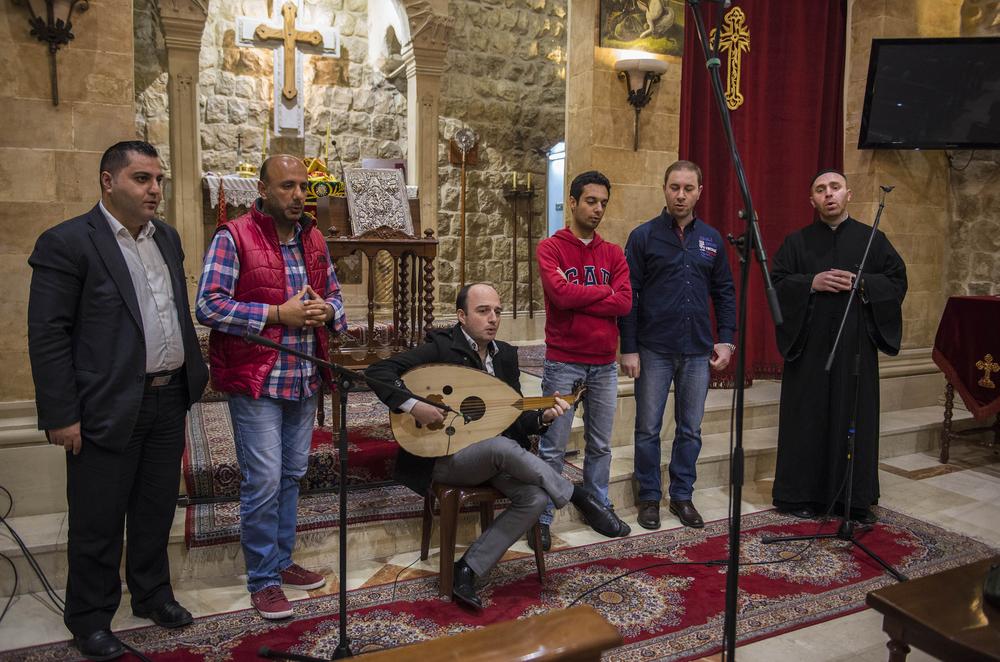 Her er Fader Jaques og Oud-spelar Aboud Zeino saman med songarar i koret. Frå ei innspeling i Zahle i vinter.