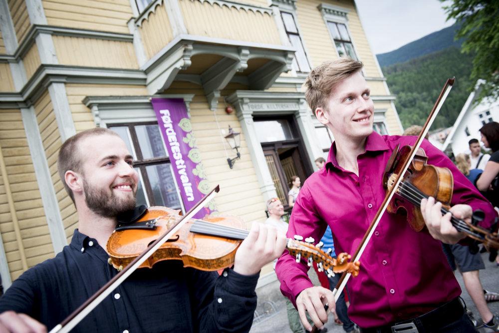 Sivert Holmen og Bjørn Kåre Odde, under INTRO-folk-semifinalen i 2015. Foto:Arve Ullebø
