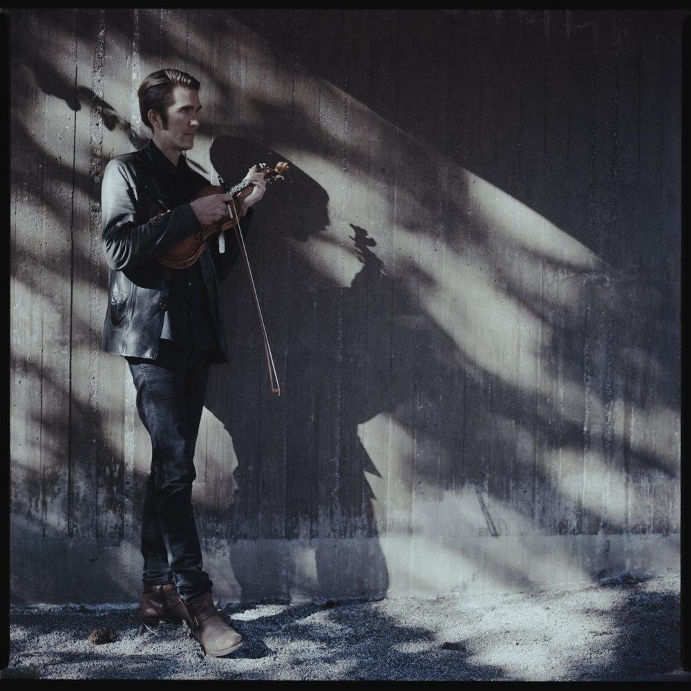 Olav Luksengård Mjelva er ein av solistane i det store nordiske prosjektet Nordic Sound Folk Orchestra i Førde til sommaren. Foto: Aron Mattson