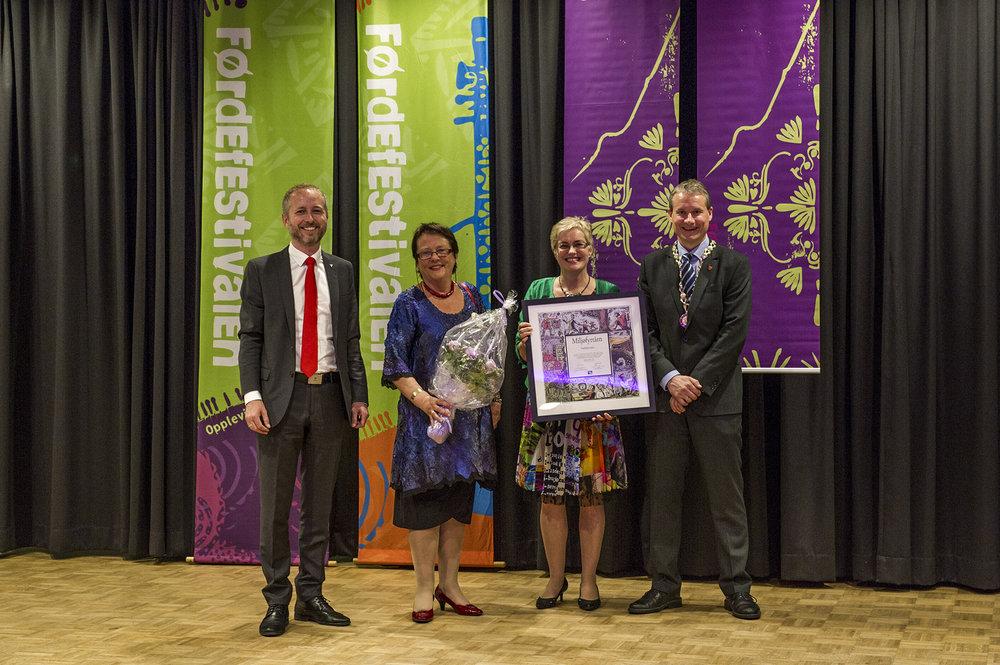 Dette bildet vart teke i samband med overrekkinga av det første Miljøfyrtårnsertifikat i 2013. F.v.Bård Vegar Solhjell, Kristin Hille Valla, Hilde Bjørkum og Olve Grotle. Foto: Geir Birkeland.