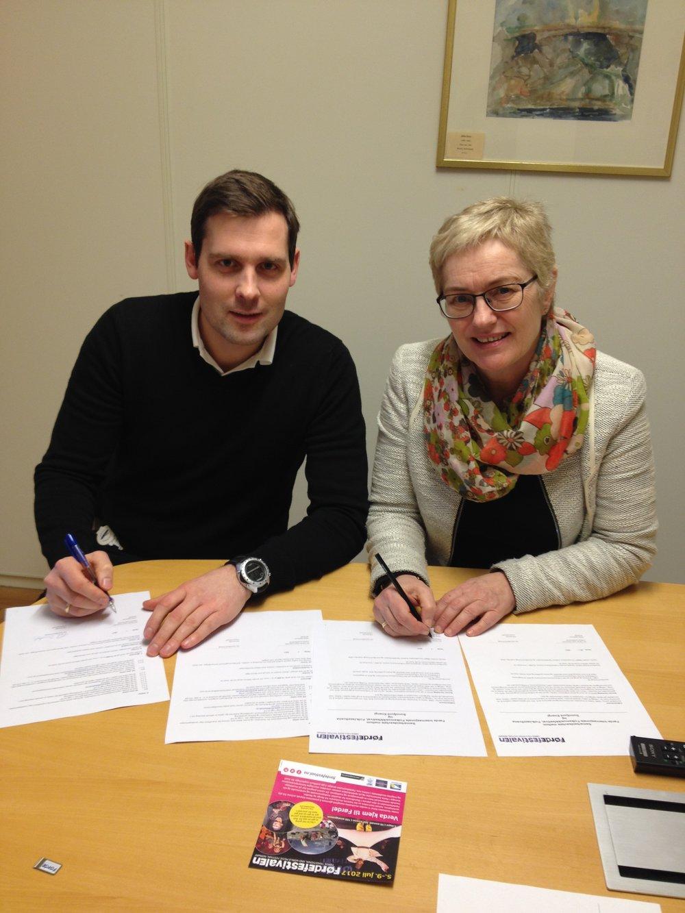 Konstituert marknadssjef i Sunnfjord Energi, Pål Sandal og direktør HIlde Bjørkum i Førdefestivalen signerer hovudsponsoravtale for tre nye år.