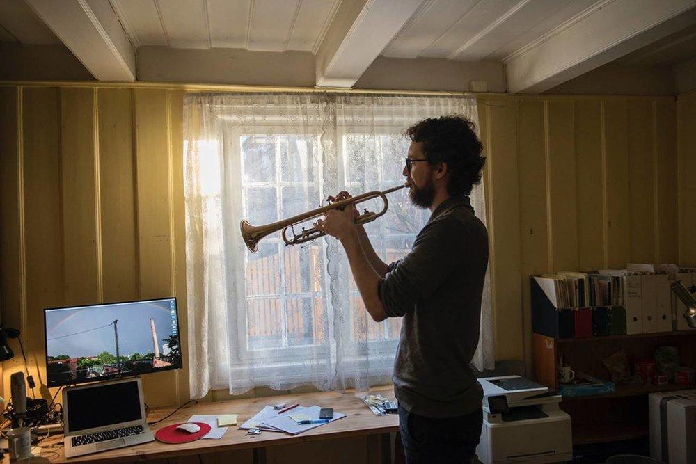 Med foreldre som er musikarar, skjøna Hayden Powell tidleg at det var mogleg å få eit levebrød som musikar. Valet fall på trompet.