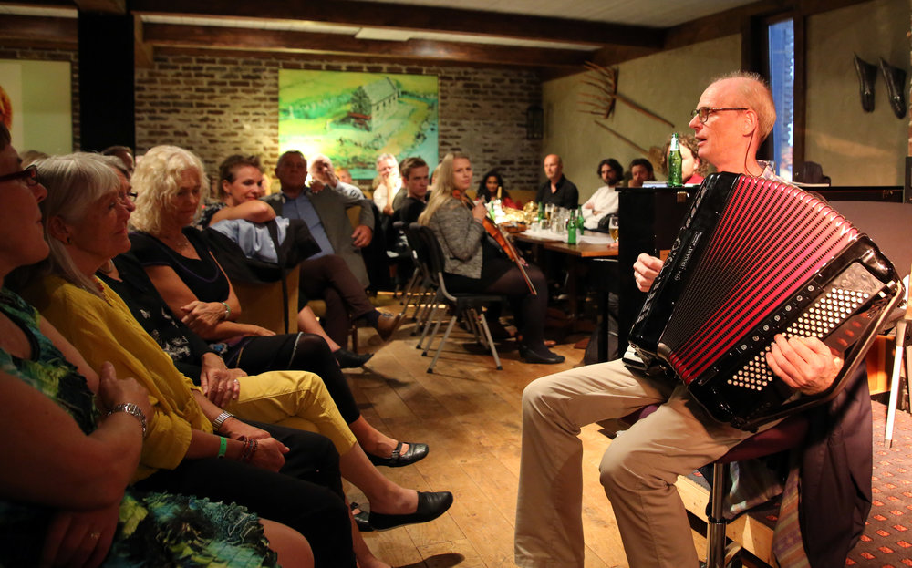 Gabriel Fliflet i yndlingsposisjon - tett på publikum på Columbi Egg (2016). Foto: Knut Utler.