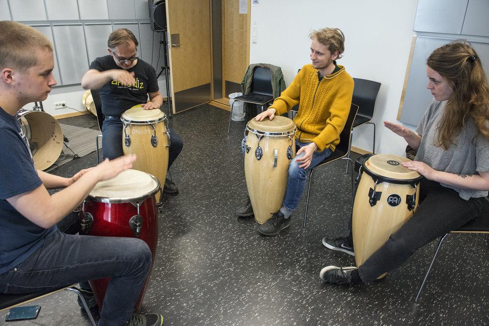 Emil Horstad, Rasmus Kjorstad og Astrid Garmo på krasj-kurs i latinomusikk med Sverre Indris Joner.