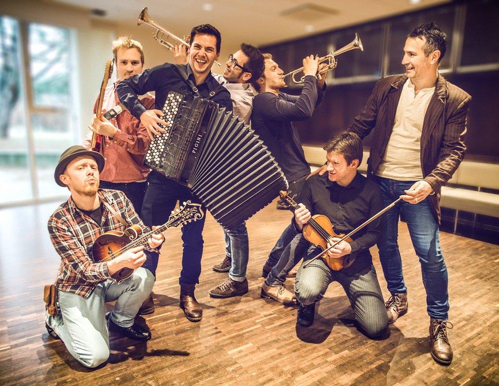 THE KURAYBERS spelar på LARRIS SCENE laurdag 11. november kl. 21.00:Daniel Lazar (Serbia) – fiolin,Almir Meskovic (Bosnia) – trekkspel,Greg Miszczyszyn (Polen) – trekkspel,Espen Wensaas (Norge) – gitar,Bjørnar Kaldefoss Tveite (Norge) – kontrabass,Boris Iochev (Bulgaria) – trommer og Ramon Figueras Alsius (Katalonia) – trompet.  Foto: Thomas Leduc