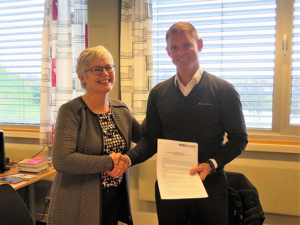 Direktør Hilde Bjørkum i Førdefestivalen og regiondirektør Tore Dvergsdal i Sparebanken Vest har nettopp signert avtalen som gjer Sparebanken Vest til generalsponsor for festivalen i 3 nye år.