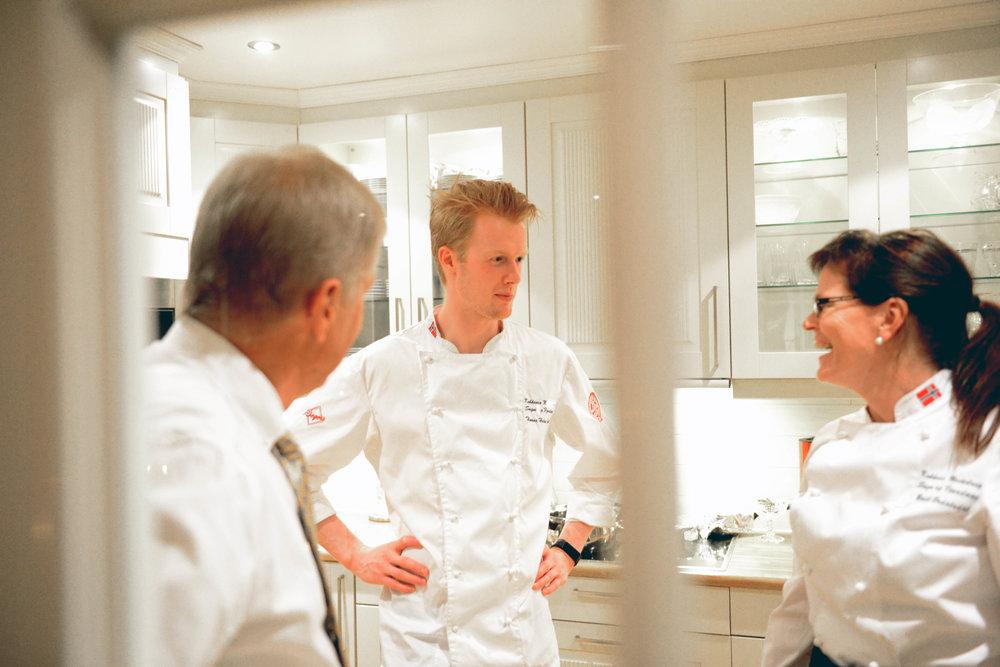 Kokkane Thomas og Bodil i hyggeleg passiar med verten. Foto: Arve Ullebø