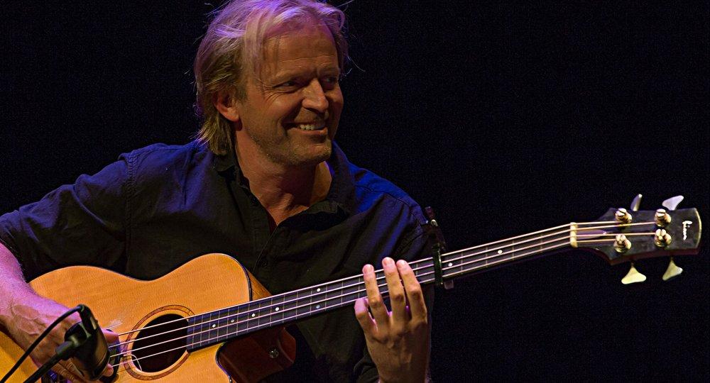 Fredag 25. februar inviterer vi til ein sjeldan konsert med Mattis Kleppen og bassgitaren hans - på Jølstramuseet. Foto: Peter Jørgensen