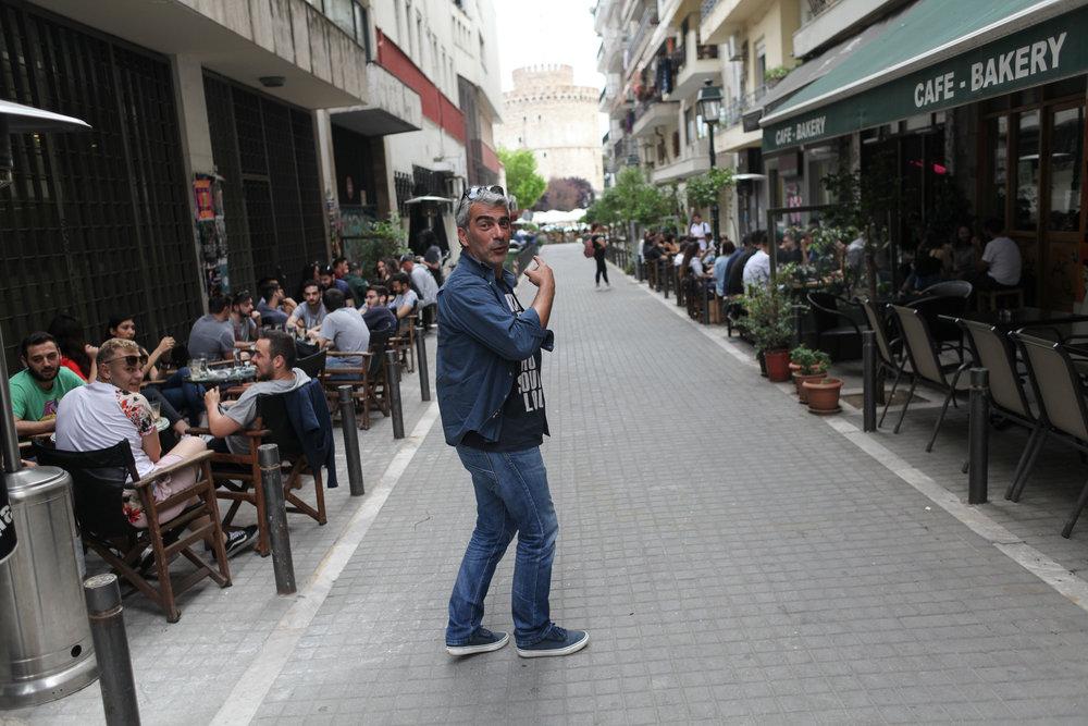 THESSALONIKI: Dimitris viser oss rundt i byen der han er fødd og framleis bur.I bakgrunnen ser du det kjende landemerket Det kvite tårnet.