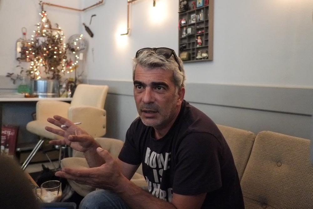 VARM I T-SKJORTA:Dimitris har stor kunnskap og sterke kjensler for rebetika.