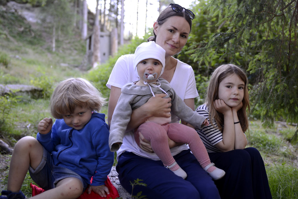 Eli Mari Bakke Halvorsen ville nytta høvet til å ta med både Sara og Maria på konserten i Tussero, der sonen Magnus (t.v.) går. Dei var godt nøgde med opplevinga og tykte det hadde vore underhaldande. (Foto: Arve Ullebø)