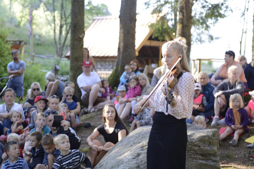 Med vakre, vare vek fengsla Helga Myhr publikum i Tussero Vieåsen barnehage. (Foto: Arve Ullebø)