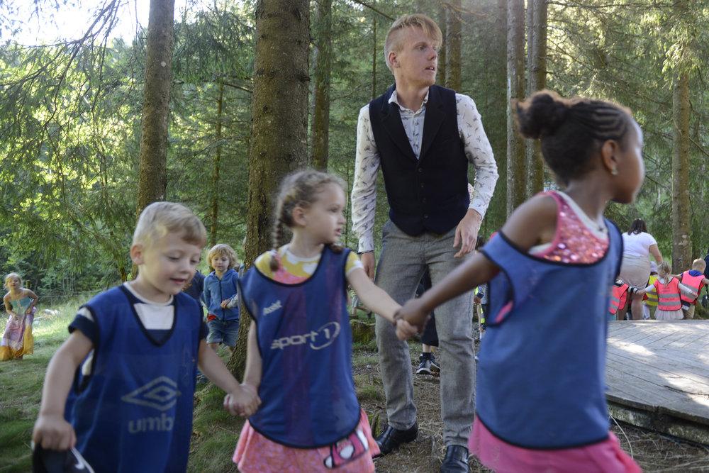 Lars Fivelstad Smaaberg fekk ungane med seg i 'langedans' mellom granleggene. (Foto: Arve Ullebø)