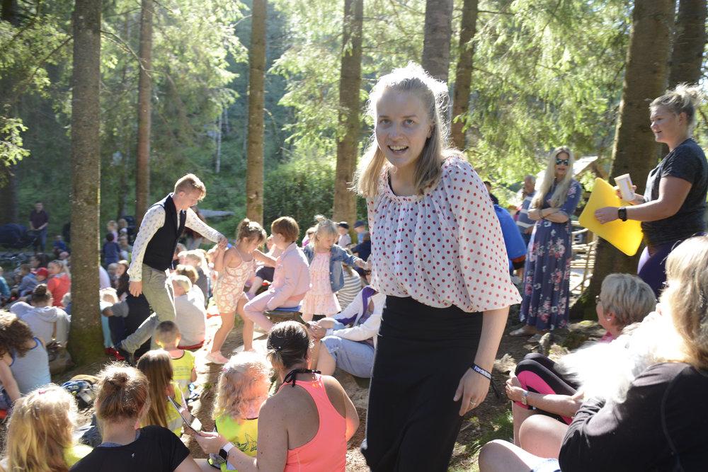 Helga Myhr og borna som vil vera med å danse 'jagedansen'. (Foto: Arve Ullebø)