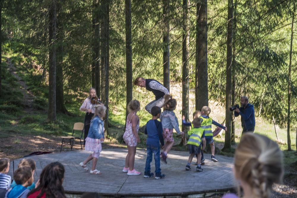 Helga Myhr spelar og Lars Fivelstad Smaaberg syner borna korleis dei kan danse. (Foto: Marianne Lystrup)