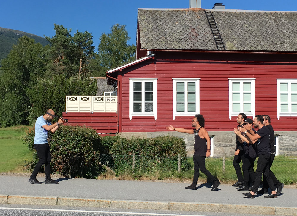 Jack Jean Tarradellas filmar dei andre i gruppa. Kjekt å ha i desse internettider! (Foto: Marianne Lystrup)
