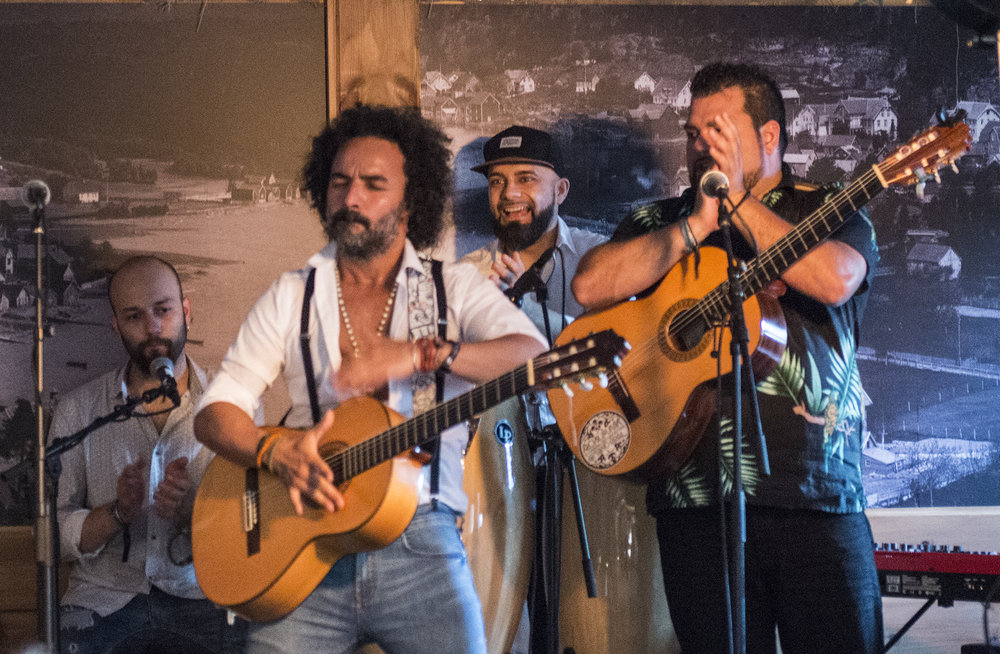 Muchacho brukar gitarkassa til perkusjon. (Foto: Marianne Lystrup)