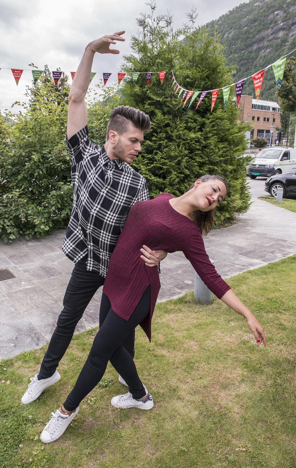 Mercedes Jaldón og Manuel Ramírez har ikkje noko imot å syne nokre dansepositurar. (Foto: Marianne Lystrup)