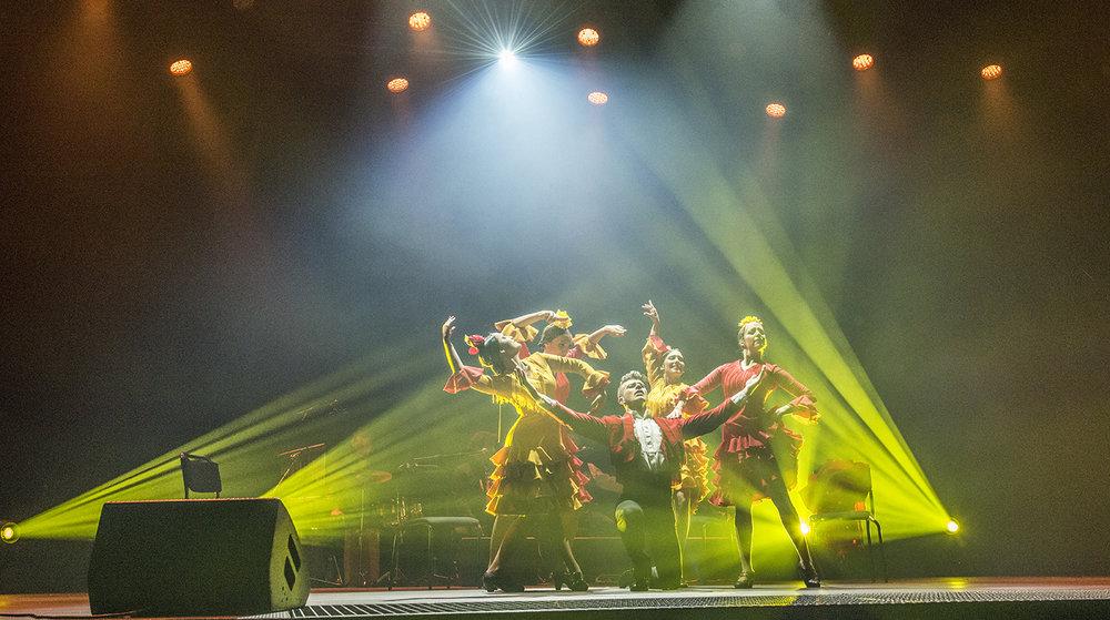 Manuel Ramírez Flamenco Ballett i temperamentsfull aksjon under konserten i Førdehuset fredag. (Foto: Marianne Lystrup)