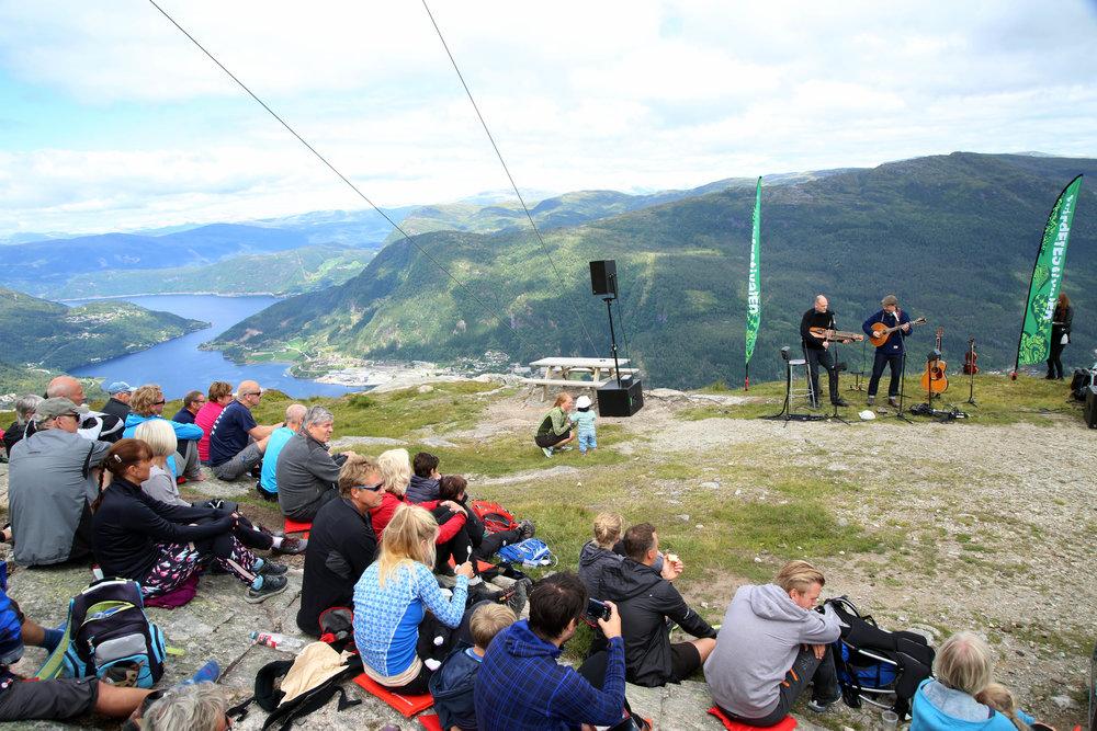 Den svenske duoen Hazelius Hedin storkoste seg 706 moh, på Hafstadffjellet. Foto Knut Utler