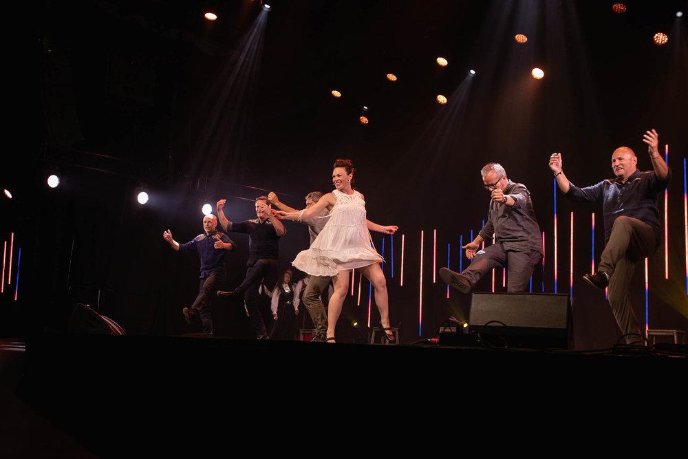 Silje Onstad Hålien leia opningskonserten med stø dansesteg. Her saman med utøvarane i  Dei gamle er eldst.  Foto: Amalia Pop