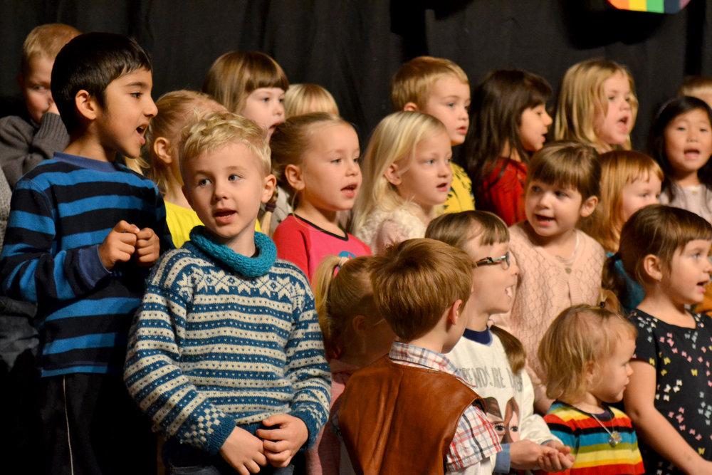 Verdskoret - med born frå fleire barnehagar i Førde - er med og opnar Bornas Verdsdagar Førde! Dette er frå opninga i 2017. Foto: Arve Ullebø