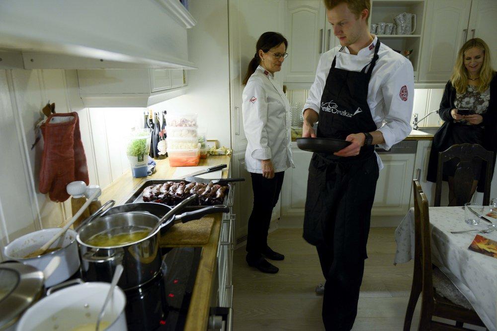 Irene sjekkar at kokkane Thomas og Bodil er i arbeid på kjøkenet.