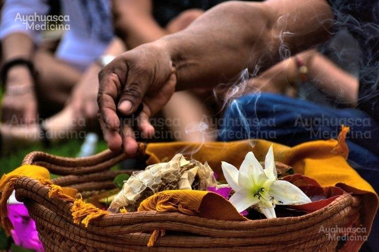 Dentro del espacio cada participante es invitado a desprenderse de algún objeto material o inmaterial, a fin que esto sirva de dono, oferta o sacrificio (sentido de ayni) hacia Pachamama, pues ella acoge el regalo en tanto mayor sea la emoción involucrada en ese sentido.